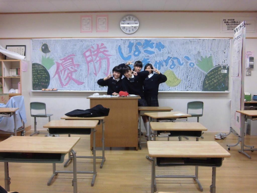 子どもたちは、教室の黒板に明日の文化祭への意気込みを込めて黒板アート!?作成中!